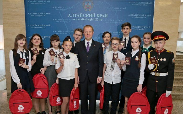 Виктор Томенко вручил паспорта молодым жителям Алтайского края