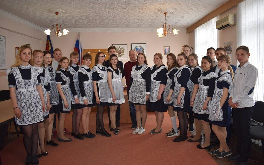 Выпускники Косихинской школы встретились с главой района