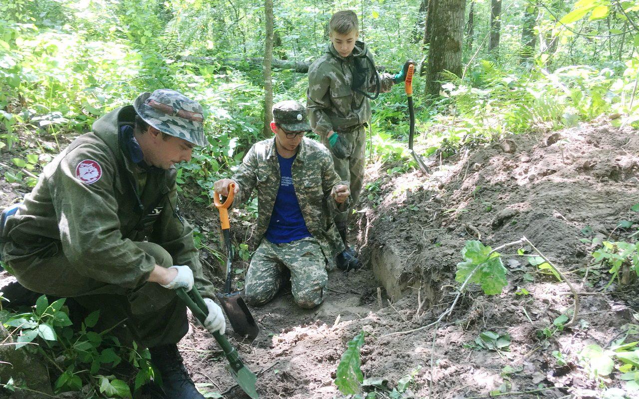 Алтайские поисковики подняли останки двух наших земляков при раскопках в Брянской области
