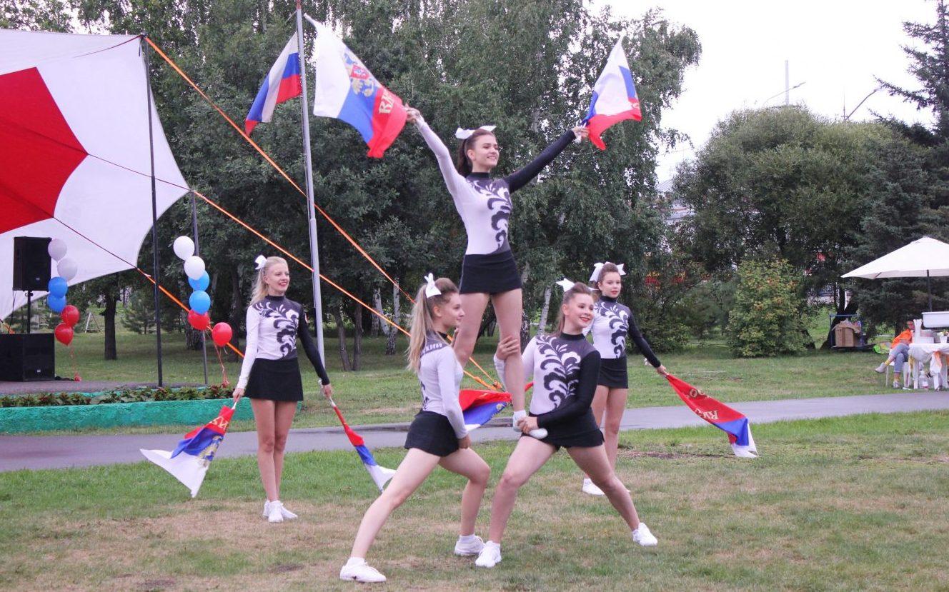 Молодые жители и гости краевой столицы отметили День Государственного флага России
