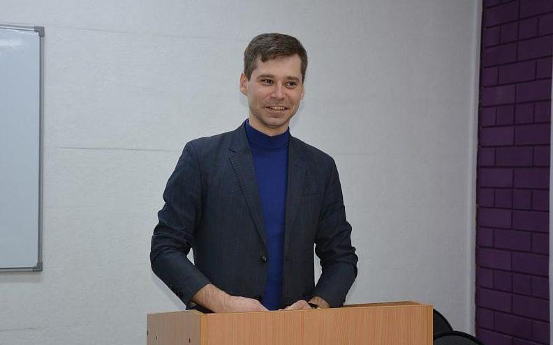 Барнаульский преподаватель-филолог победил во всероссийском конкурсе научно-популярного стендапа