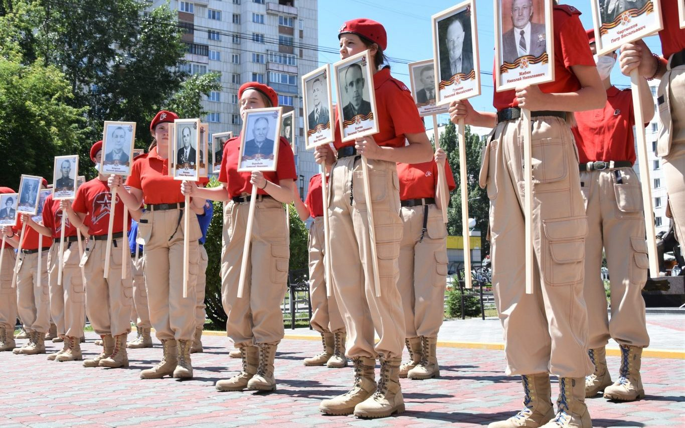 В Барнауле прошла патриотическая акция «Учителя уходят на войну»