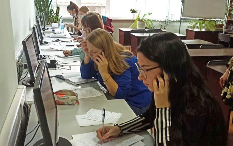 Алтайские студенты работают в волонтерском кол-центре