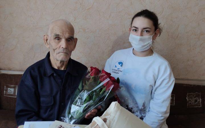 Волонтёры Победы поздравили ветерана со 100-летием