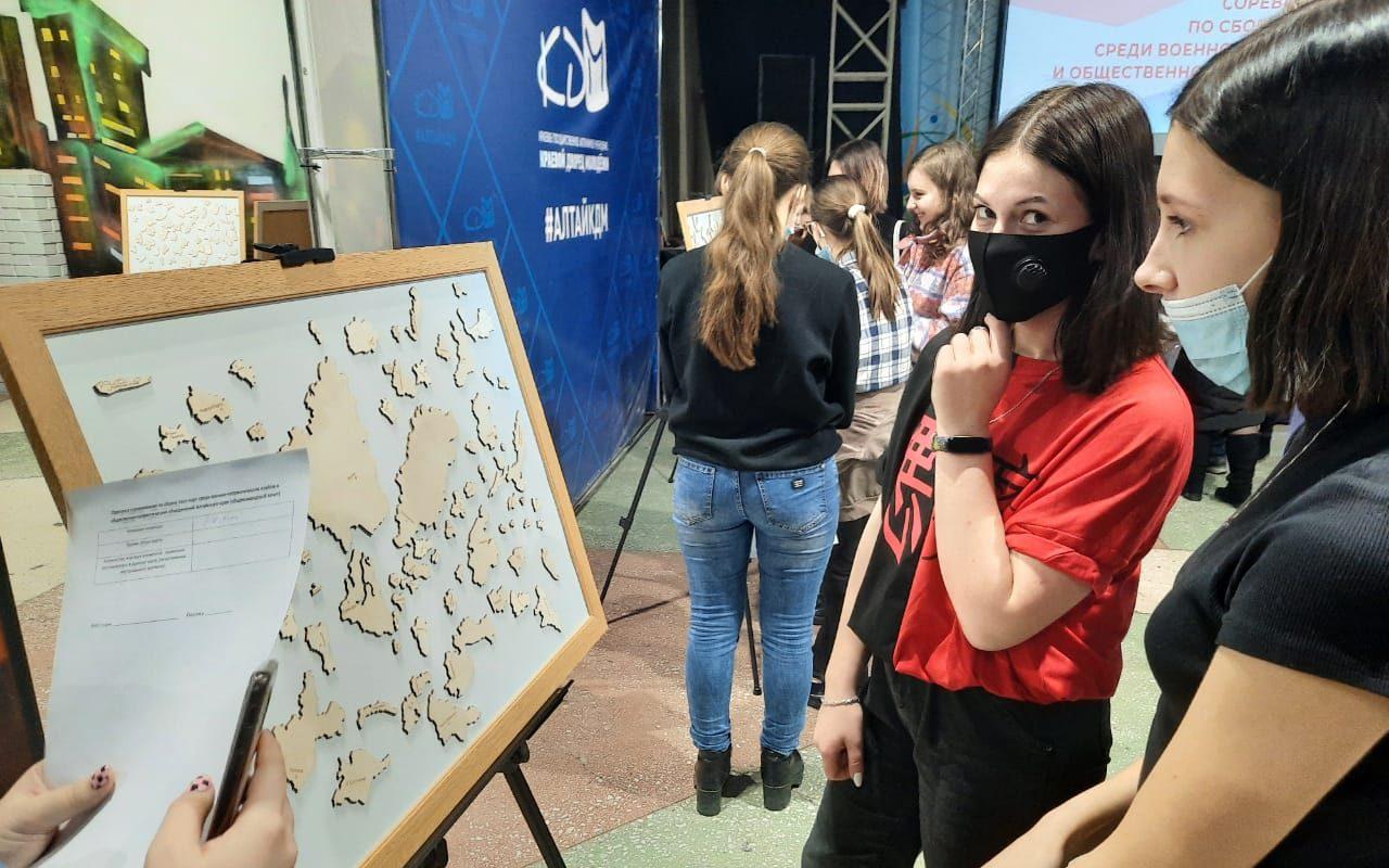 Молодые патриоты сразились в скоростной сборке пазл-карт России и Алтайского края