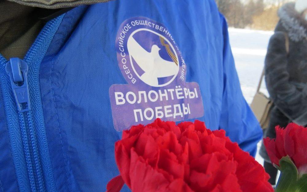 В День защитника Отечества десятки роз и гвоздик возложили к мемориалу Славы