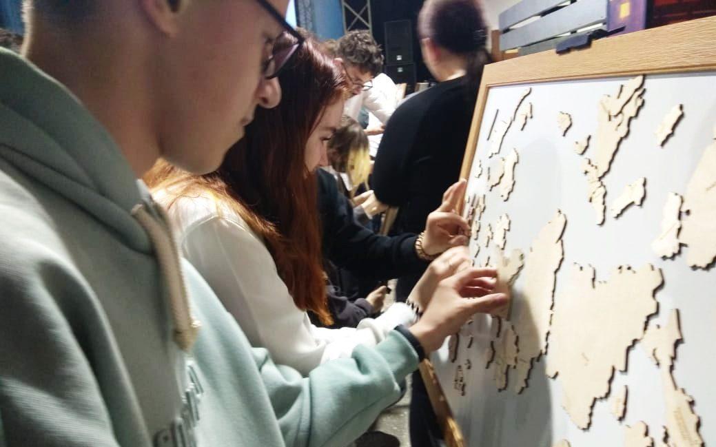 Барнаульские школьники посоревновались в сборке пазл-карт России и Алтайского края