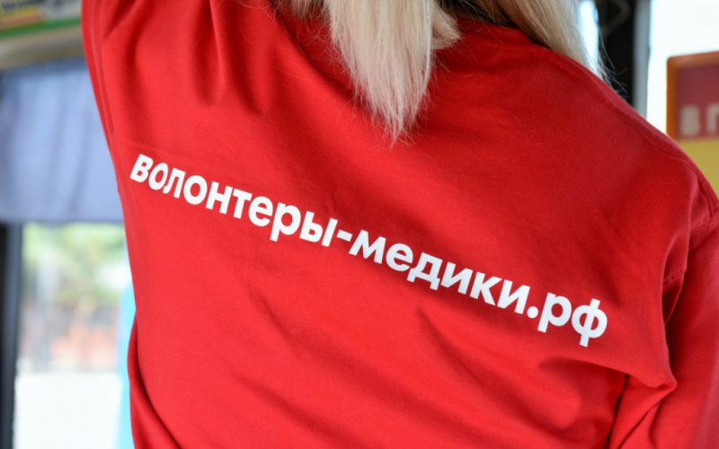 Барнаульские волонтёры-медики помогают проводить санобработку общественного транспорта