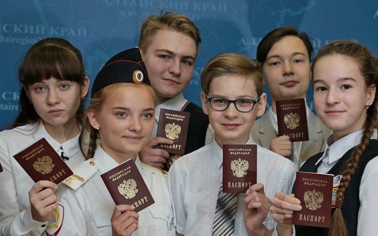Юным жителям Алтайского края торжественно вручат первые в жизни паспорта
